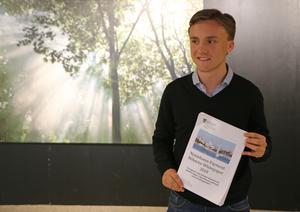 Linus Blom visar i sitt gymnasiearbete att sena betalningar av fakturor orsakar bekymmer för många småföretag i Nynäshamn. Det orsakar ekonomisk ineffektivitet, som är till skada för samhället i stort.