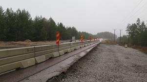 Här pågår arbetet med att färdigställa busshållplatser längs väg 583.