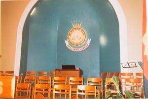 Framme vid altaret satt den skylt som var det enda fynd Nina Hillerström hittade när hon tog över lokalerna. Bild: privat