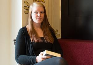 Sommartid är lästid. Ungdomsböcker är en lässkatt som många vuxna missar, tycker Emma Vestman.