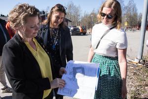 Camilla Andersson Sparring (C), Veronica Zetterberg (M) och Sandra Gossas, byggprojektledare, visar ritningarna för nya äldreboendet.
