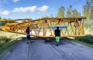 Av någon anledning föll den 22 ton tunga krandelen från lastbilen på väg mot Åmot-Lingbo. Bild: Räddningstjänsten.