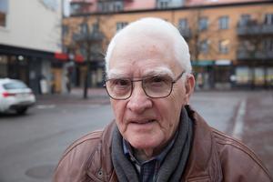"""""""Jag blev förbaskad men andra människor kan bli förtvivlade och känna sig illa berörda när de får läsa sånt här"""", säger Hans Axelsson om brevet från Ludvikahem."""