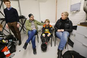 Robin Nyberg och Linda Thörnström är med när sonen Lucas Nyberg, 5 år, ska intervjuas inför matchen.