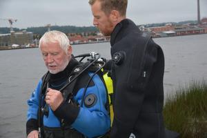 Andreas Voss hjälper Kjell Andersson på med dykarutrustningen.