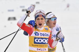 Ebba Andersson gratulerar Therese Johaug efter norskans seger i Falun på söndagen. Foto: Henrik Montgomery/TT