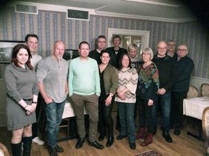 Här har 13 av de 22 moderata politikerna samlats på bild i Alfta inför höstens val. Foto: Mårten Strömberg