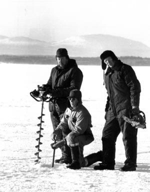 Bertil Persson, Åke Green och Rune Östman borrade och kontrollerade istjockleken på den privata isvägen över Vallsundet.