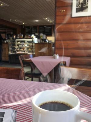 Fika eller luncha på Bahnhof i gamla stationshuset .