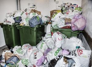 Svenskar använder sina matkassar att slänga sopor i.