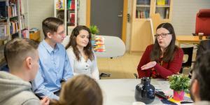 """""""Många lärare, rektorer och elever längtar efter tydliga regler"""" säger Anna Ekström (S) som lovar att ta fram en nationell plan för trygghet och studiero, där bland annat ett mobilförbud ingår."""