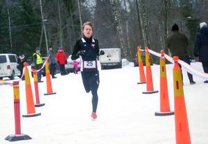 Ingen annan löpare syntes till på upploppet när Melker Forsberg skar mållinjen som etta i 2018 års sista loppet – Sylvesterloppet i Nora.