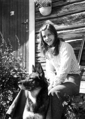 På Västra Galåbodarna arbetade Marja Jonasson som butös sommaren 1977. Sällskap hade hon av hunden Sappo.