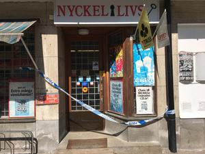 Polis spärrade av kiosken för teknisk undersökning.