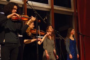Vilhelm Granberg, Signe Södergård, Siri Flensburg och Lovine Waldvik är fyra av totalt sex elever i Bollnäs folkhögskolas folkmusikklass.