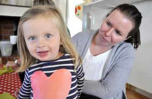 Tvååriga Hedvig Svärd från Österåsen fikade med mamma Anna på Klösta skola på lördagen.