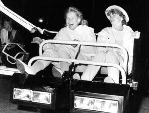 Monica och Marita Nyberg åkte karusell.