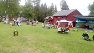 50 personer spred ut sig vid Römmens hembygdsgård. Foto: Annaliisa de Faire