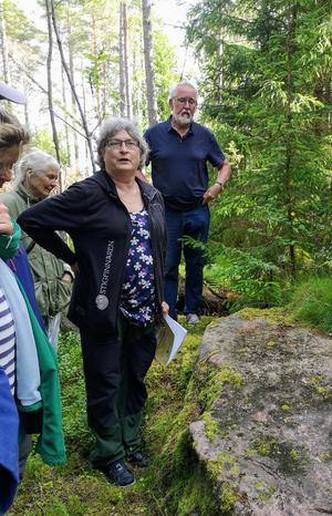 Elise Hovanta och Lars Lindstedt visar en minnessten som graverats efter en båtförlisning 1851 då en person omkom.