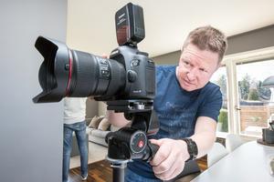 Trots alla noggranna förberedelser har Tomas Arvidsson halva jobbet kvar när han kommer till kontoret. Bilderna ska databehandlas.