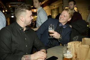 Jonathan och Anton Eriksson, skålade för en festlig kväll tillsammans.