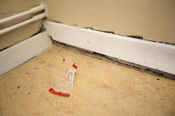 Lutande golv i ett av rummen en trappa upp.