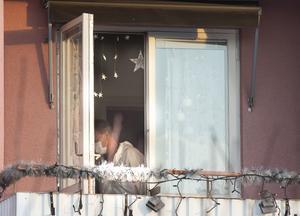 Polisens tekniker sökte igenom bostaden efter det misstänkta mordet.
