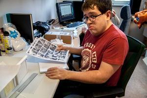 Museiassistent Dan Jonsson jobbar med inskanning av negativ.