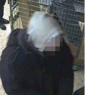 Enligt polisen är den den mordmisstänkte mannen som tar ut pengar med Therese Palmkvists kort vid en bankomat i Gävleborg.