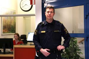 Kommunpolis Per Nylén under mottagningstiden i kommunhusets reception. Han jobbar mellan 30-50 procent för Lekeberg.