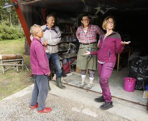 Eva och Ann passade också på att besöka platser som de vet att deras far Johan Horney varit på i länet. Bland annat uppfinnaren Ruben Anderssons verkstad på Frösön. Johan Horney jobbade på en patentbyrå och hade bland annat hand om Rubens patent. Till vänster Monica och Bengt Wikstrand som nu äger verkstaden.