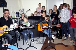 I nystartade musikskolan musikbryggeriet trängde elever, lärare och publik ihop sig för konsert. Läraren David Strenge och eleverna Leo Couskan och Leo Sandelin framförde låten