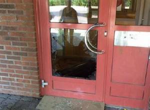 På väg ut från socialförvaltningen har den åtalade 21-åringen kastat en papperskorg genom rutan till en av dörrarna. Nu åtalas jan för totalt elva brott. Han nekar till allt.