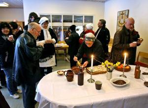 Alla fick smaka på Jesus sista måltid som stod uppdukad hos Frälsningsarmén.