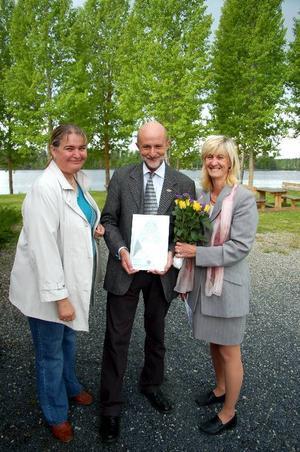 Vesna Strajnic och Anna Lena Wik, som är med i Rotaryklubben i Strömsund, delade ut årets kulturpris till konstnären James Evans.Foto: Jonas Ottosson