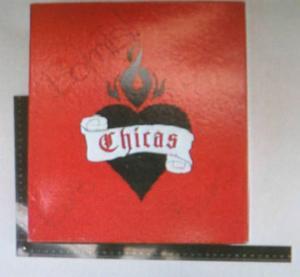 Den misstänkta lådan, märkt bomb, är en röd skokartong till märket Chicas.
