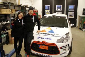Sofie Lundmark och Andreas Sjölander framför parets tävlingsbil, en Citroën DS3 R3 Max
