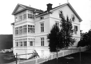 Västernorrlands första sinnesslöanstalt för barn och unga startas i Sollefteå 1901. Fastigheten ligger på Djupövägen och huset blir senare känt undernamnet Thulinska huset, eftersom skådespelerskan Ingrid Thulin växte upp där. Bild: Sollefteå museum