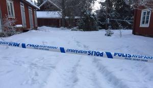 Polisen beslagtog ett antal vapen på mordplatsen.