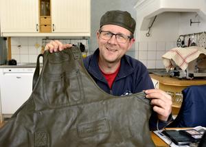 Thomas Erikssons förkläde och en kockbasker har tillverkats av mjuk lammnappa.