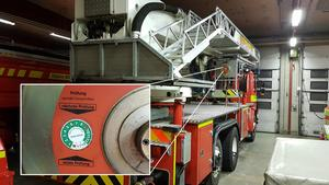 Arbetsmiljön för brandmän ifrågasätts inifrån organisationen. Den här bilden visar att skyddsanordningen på höjdfordonets korg inte inspekterats sedan 2015.
