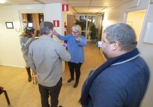 De tre journalisterna Alexandra Almå, Fredrik Vargas Friberg och Tomas Hedlund närmast kameran blev avvisade från kommunhuset i Tierp av kommundirektör Randi Graungaard.