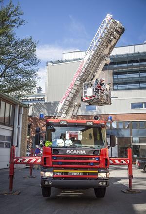 Hävaren sitter på en annan brandbil och kan nå 30 meter upp i luften.