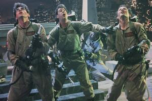 Spökjägarna Egon Spengler (Harold Ramis), Ray Stantz (Dan Aykroyd), Winston Zeddemore (Ernie Hudson) och Peter Venkelman (Bill Murray) i strid med demoniska krafter i