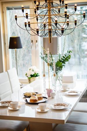När Annelie inreder blandar hon dyrt och billigt. De vita kaffekopparna med guldkant  har hon fyndat på 70 procents rea.