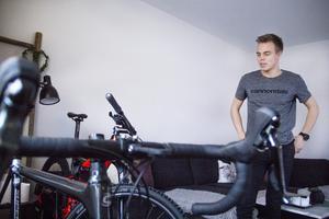 Emil Thyrén har sina fyra cyklar stående i lägenheten och de tar mycket plats. Dessutom måste han tvätta dem i duschen efter varje pass.