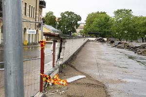 Den lilla muren mot Trädgårdsgatan kommer rivas och ersättas med ett staket.