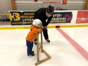 Otålig start. Melvin får hjälp av pappa Peter von Willigerode. Men 4-åringen vill lära sig snabbare och ser otåligt på andra som swishar förbi på isen.