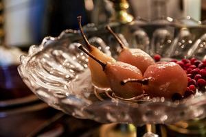 Farmors finaste glasfat på fot kommer till användning för päronen.