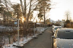 Här ska den nya parkeringsplatsen byggas. Tills den blir färdig i juni nästa år får man parkera på annan plats. Längs gatan till exempel.